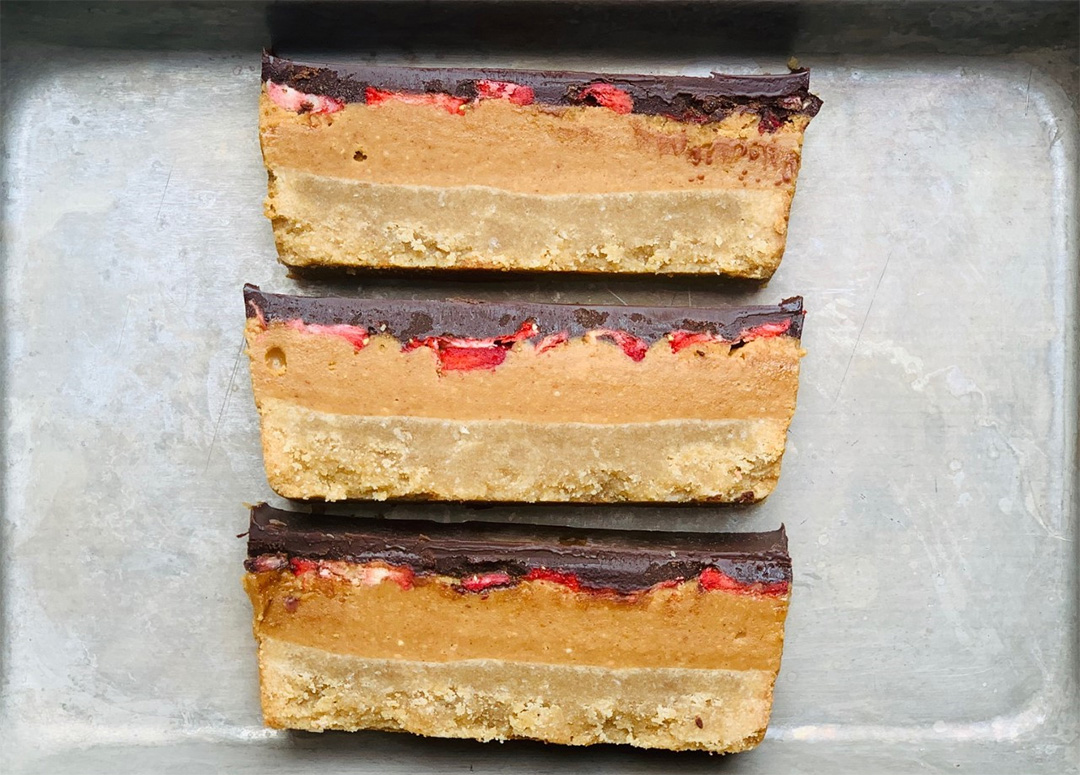 Layers of peanut butter, strawberry and chocolate make this a great vegan and gluten-free snack.